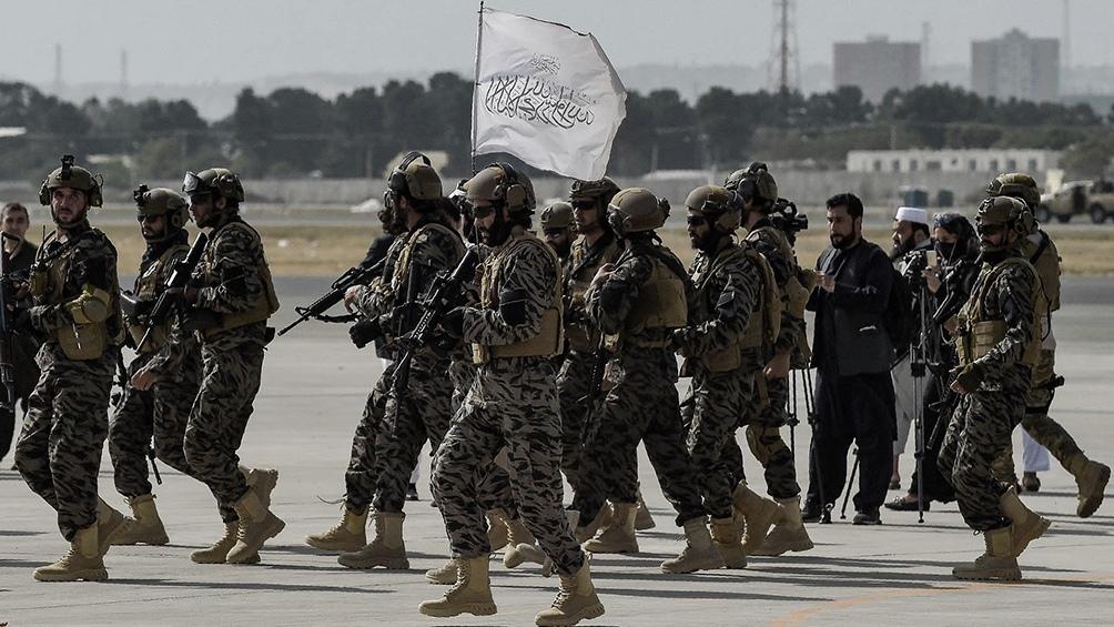 Los talibanes desfilaron triunfales en el aeropuerto de Kabul.