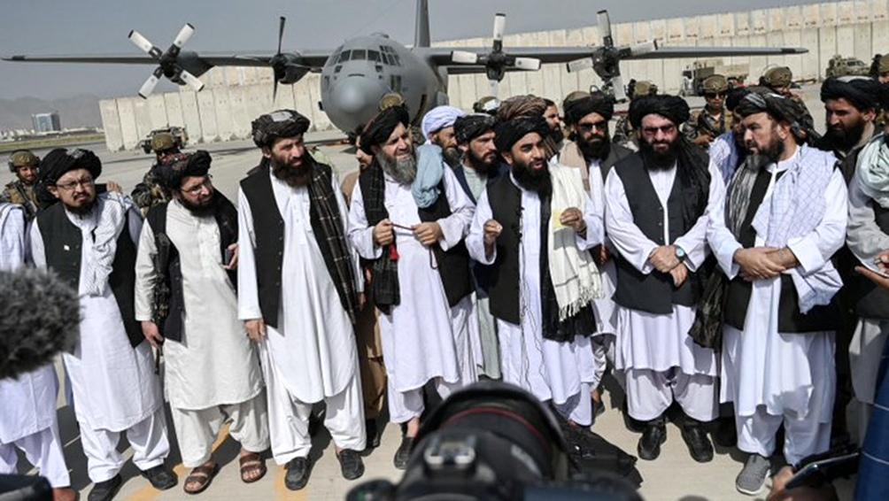 Zabihullah Mujahid llegó a la pista acompañado de un grupo de colaboradores