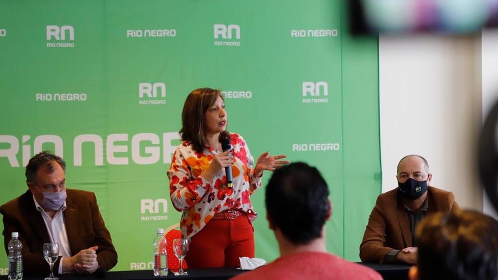 La gobernadora Arabela Carreras en el anunció de las obras de modernización de la avenida que bordea el lago Nahuel Huapi.