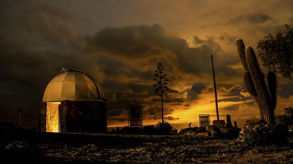 El observatorio incluye hospedaje, gastronomía tradicional y catas de vinos regionales.