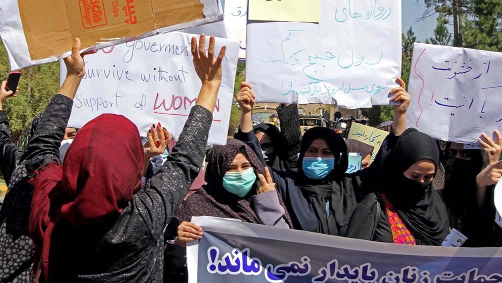 Cientos de manifestantes, la mayoría mujeres, desfilaron en diferentes protestas por Kabul. Foto: AFP