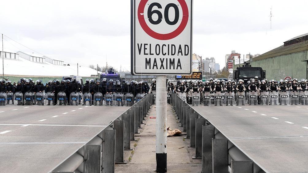 Los manifestantes subieron sorpresivamente al Puente Pueyrredón y cortaron el tránsito en ambos sentidos del acceso.
