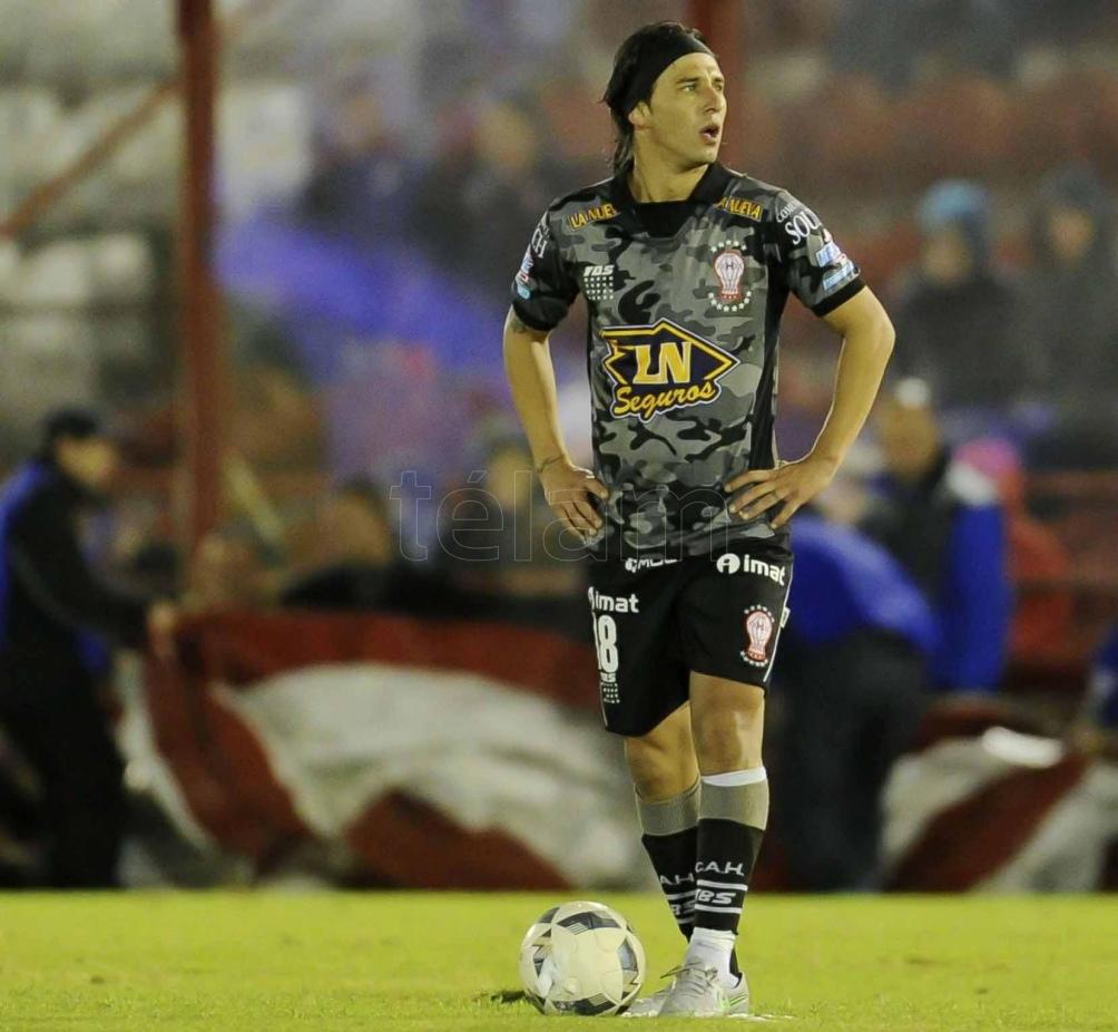 Patricio Toranzo, el líder y la vigencia de un futbolista que se metió en la historia y el corazón de Huracán..Foto-Julián Alvarez