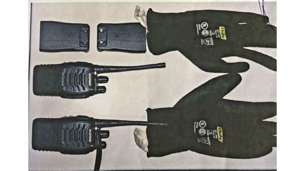 Los equipos de comunicación que el detenido llevaba en el baúl del auto.