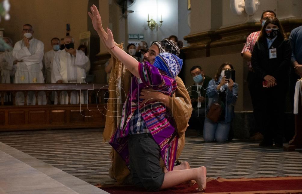 Durante a misa la familia de la niña que recibió la gracia del milagro de Esquiú, entregó reliquias pertenecientes al flamante beato al representante del papal. Foto: David Moya.