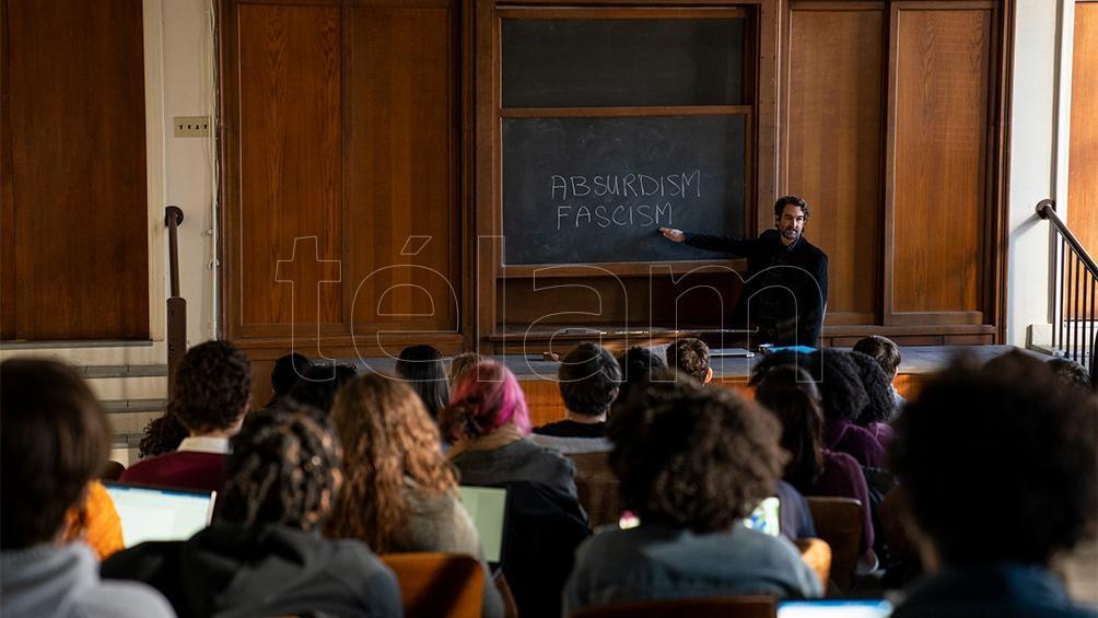 El profesor Bill Dobson, interpretado por el actor Jay Duplass, frente a sus alumnos.