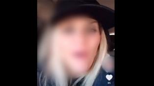 Una mujer se grabó manejando y subió videos a Tik Tok: piden sacarle la licencia de conducir