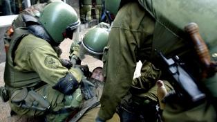 Proponen refundar Carabineros, la cuestionada fuerza policial acusada de abusos y excesos