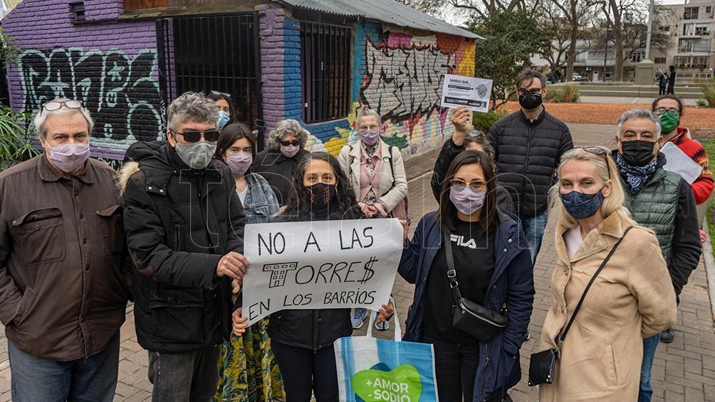 Los vecinos que se reúnen en la Plaza 25 de Agosto para intercambiar información sobre el avance de las torres. Foto: Pepe Mateos.
