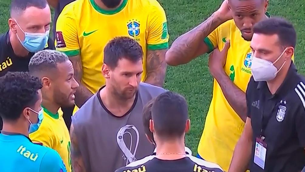Scaloni, Neymar y Messi charlan en medio del escándalo.