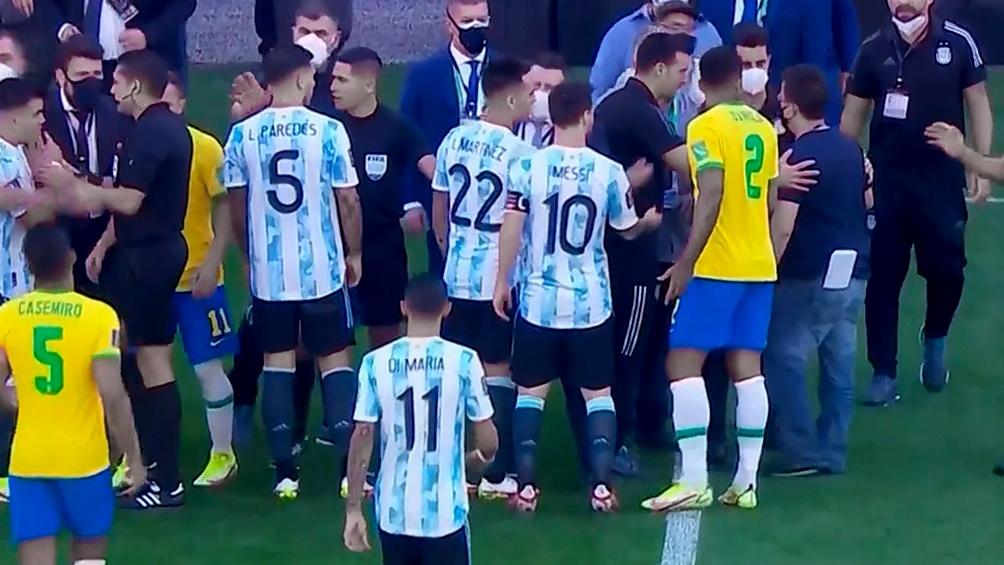 Las autoridades sanitarias de Brasil suspendieron el encuentro de eliminatorias ante el local Brasil a los 5 minutos.