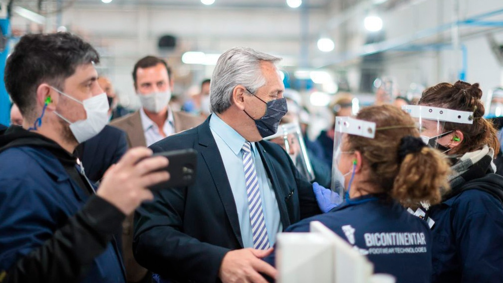 En la recorrida, el Presidente recibió un delantal, un gesto cargado de simbolismo, ya que, al momento de cerrar la fábrica, los empleados colgaban los delantales en señal de protesta.