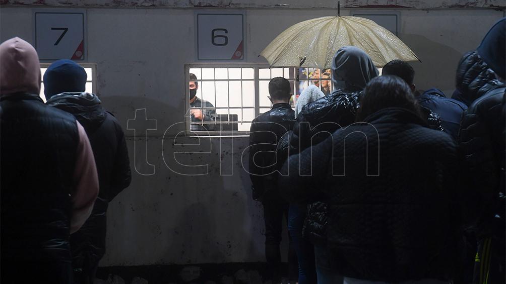 Largas colas bajo la lluvia para retirar las entradas de Argentina-Bolivia