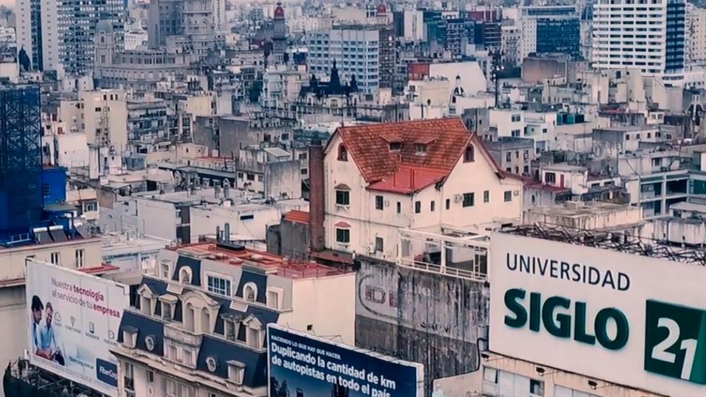 El chalet construído en 1927 está ubicado en la cima de un edificio de nueve pisos, en Av 9 de Julio y Sarmiento.