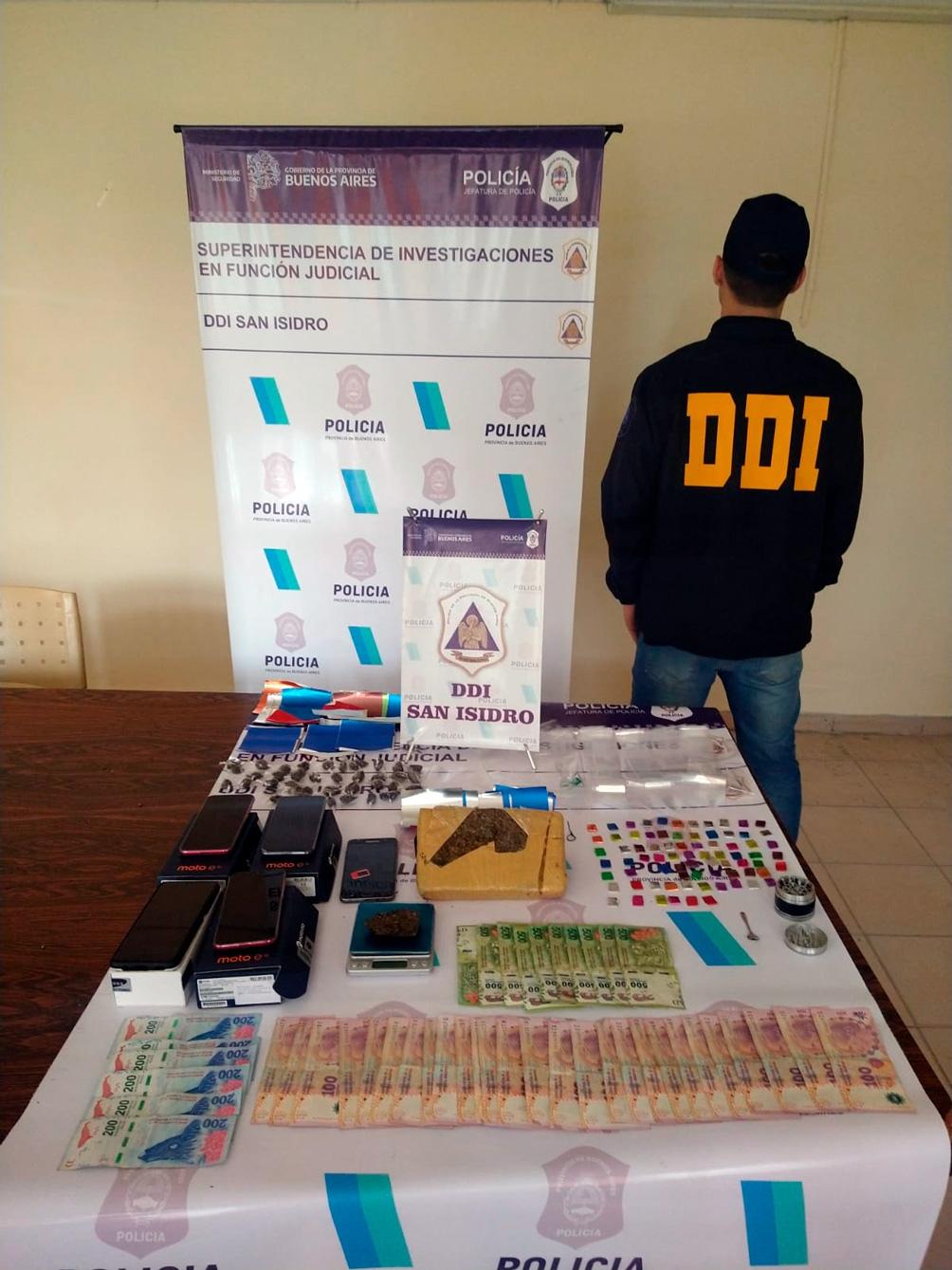 En el allanamiento se secuestró marihuana, 20 mil pesos, cocaína, balanzas de precisión y celulares prepagos.