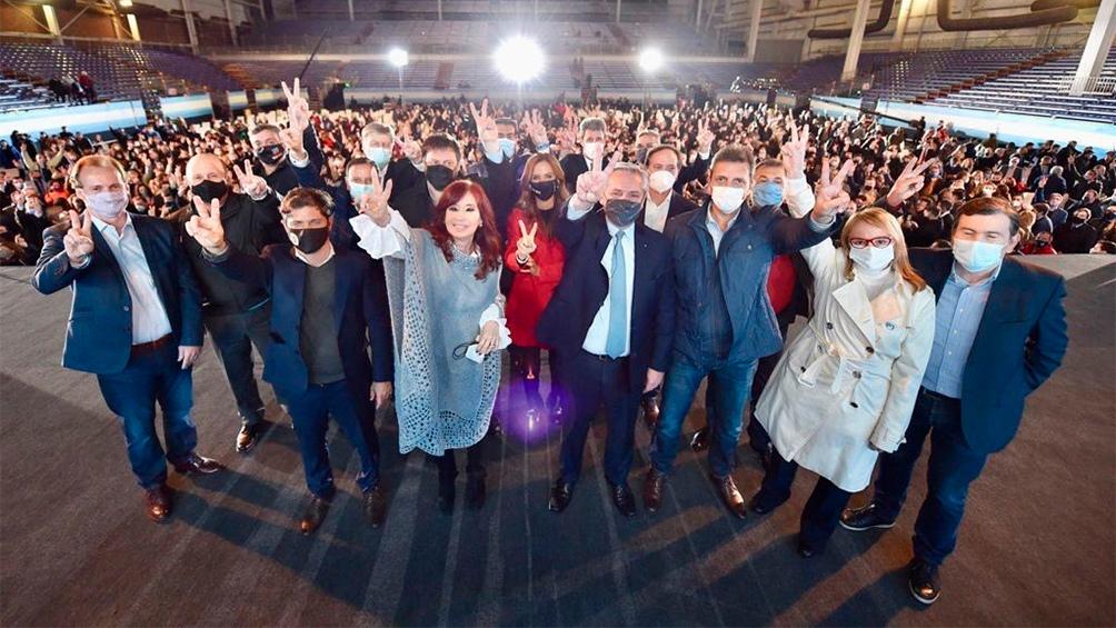 El Presidente, la Vicepresidenta, gobernadores y dirigentes en el escenario de Tecnópolis (Foto: Presidencia).