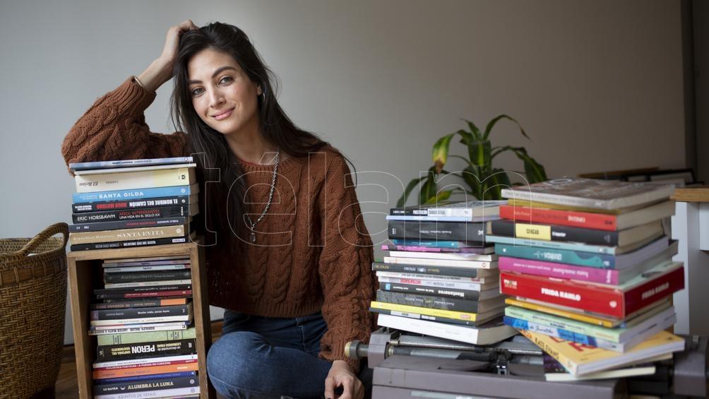 Sicilia es lectora asidua en la biblioteca de su natal Adrogué y comunicadora social por la Universidad de Quilmes.
