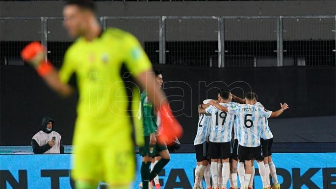 Argentina, con una noche encumbrada de Messi, goleó a Bolivia