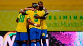Brasil mostró su mejor cara como local ante Perú y sigue en lo más alto de la tabla