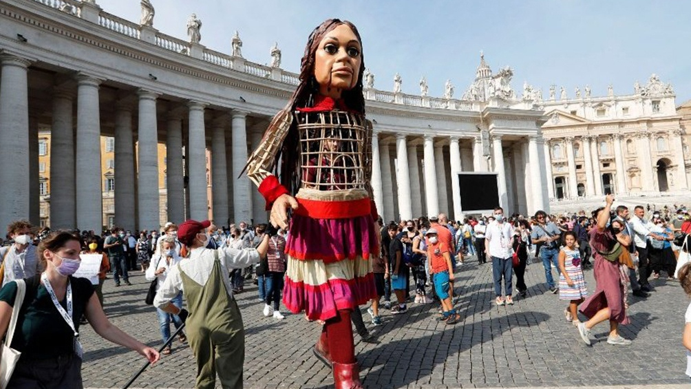 El Vaticano bendijo a la marioneta gigante
