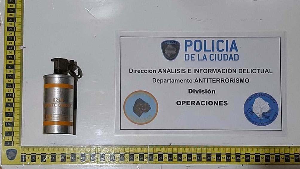 Se encontró una granada de humo entre las pertenencias del sospechoso.