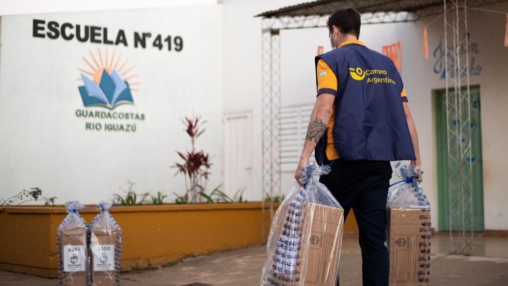 Según se prevé, el operativo de entrega de la totalidad de las urnas finalizará en las últimas horas del sábado.
