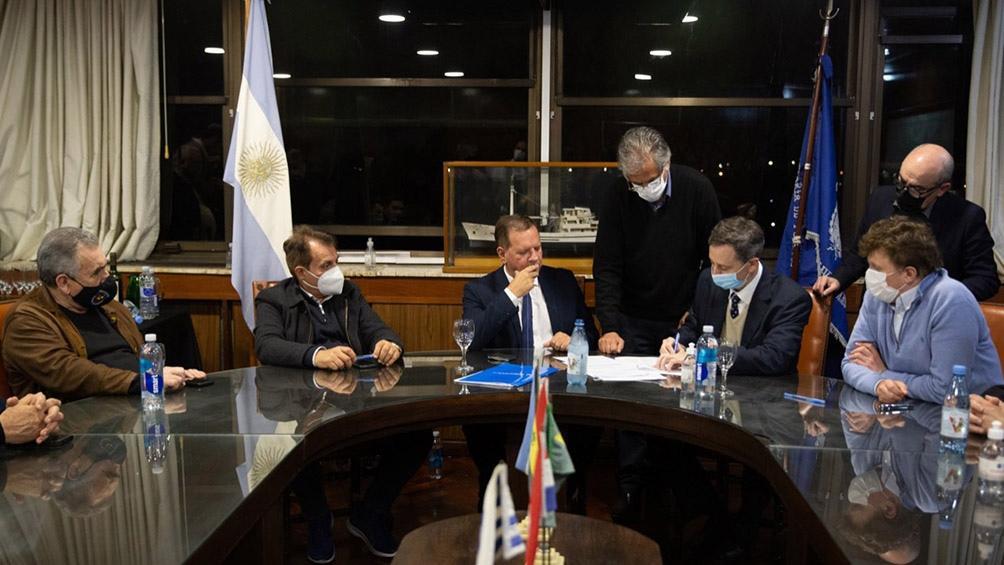 En la medianoche las autoridades de la AGP junto con el subsecretario de puertos, Leonardo Cabrera, participaron del acto que marcó el cierre la concesión de Hidrovía S.A.