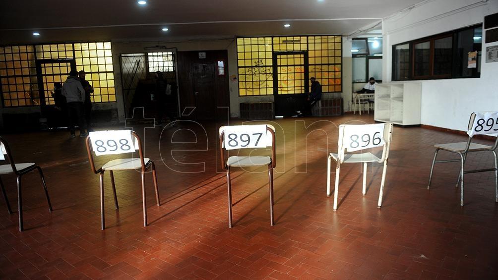 En La Plata las sillas marcaban la distancia social. Foto: Eva Cabrera.