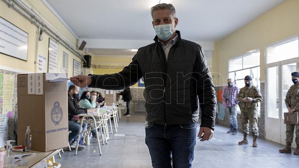 El gobernador del Chubut, Mariano Arcioni, votó pasadas las 9 en la escuela Nº1 de Comodoro Rivadavia. Foto: Levicoy Martín
