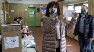 Cristina Kirchner votó en Río Gallegos y viajó a Buenos Aires para sumarse al bunker del FdT