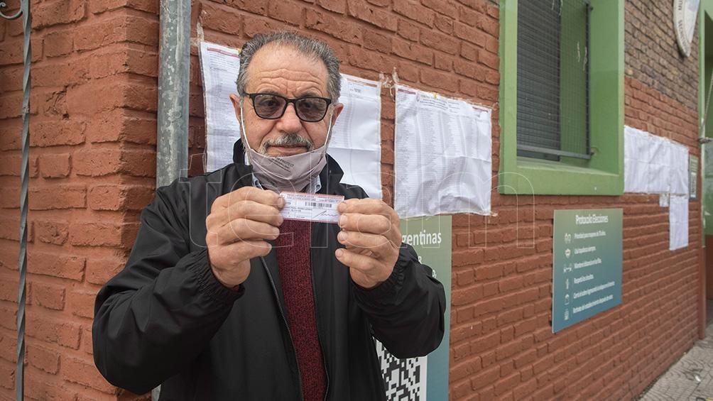 El uruguayo Pedro Melonio, feliz de haber votado por primera vez en Argentina muestra la oblea (Foto: Victoria Egurza