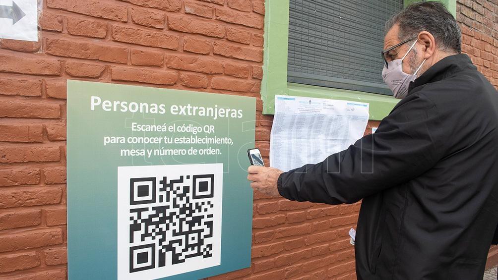 Por primera vez la búsqueda en el padrón es por QR y Pedro lo sabe (Foto: Victoria Egurza
