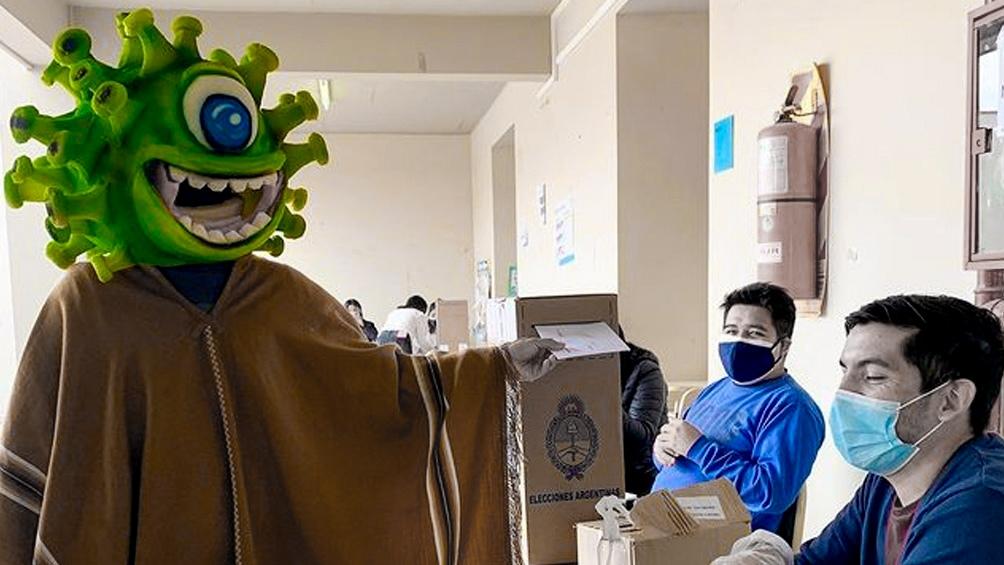 """En Jujuy un influencer conocido como """"El Bicho jujeño"""" sumó una máscara de coronavirus al tradicional poncho. Foto: Twitter."""