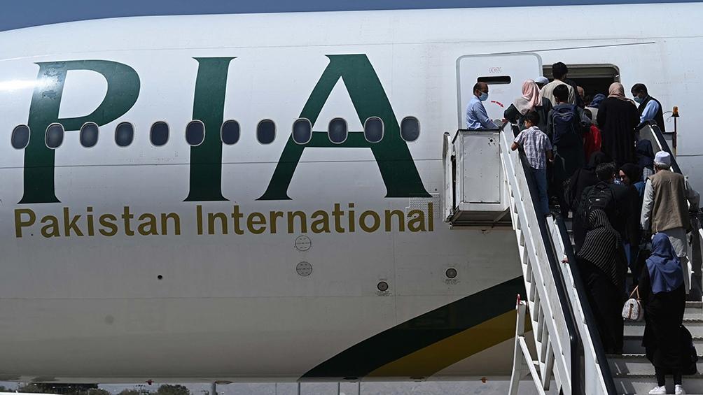 En total, 70 personas viajaron a Pakistán desde el aeropuerto internacional de la capital afgana.