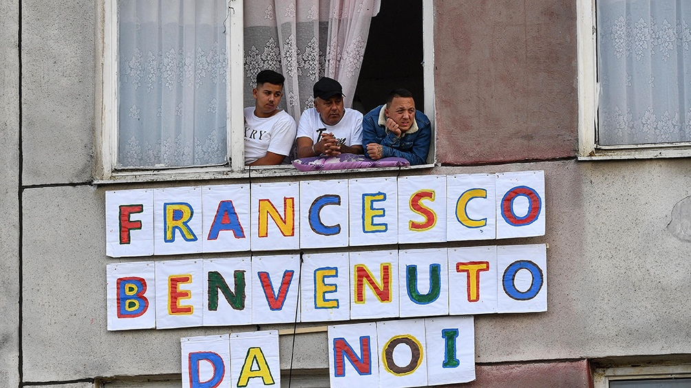 Las ventanas del barrio gitano de Kosice se vistieron con carteles de bienvenida para el Papa.