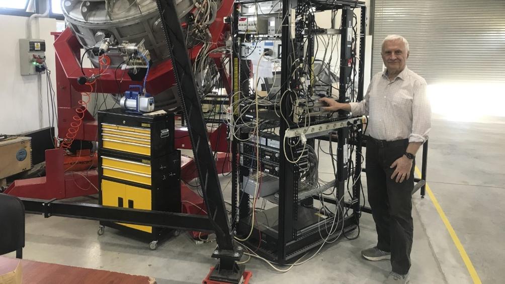 Alberto Etchegoyen, gerente de Tecnología e Investigación de Altas Energías de la CNEA, y representante argentino en el Proyecto Qubic, durante el ensamble del telescopio en la ciudad de Salta. (Foto: Proyecto Qubic)