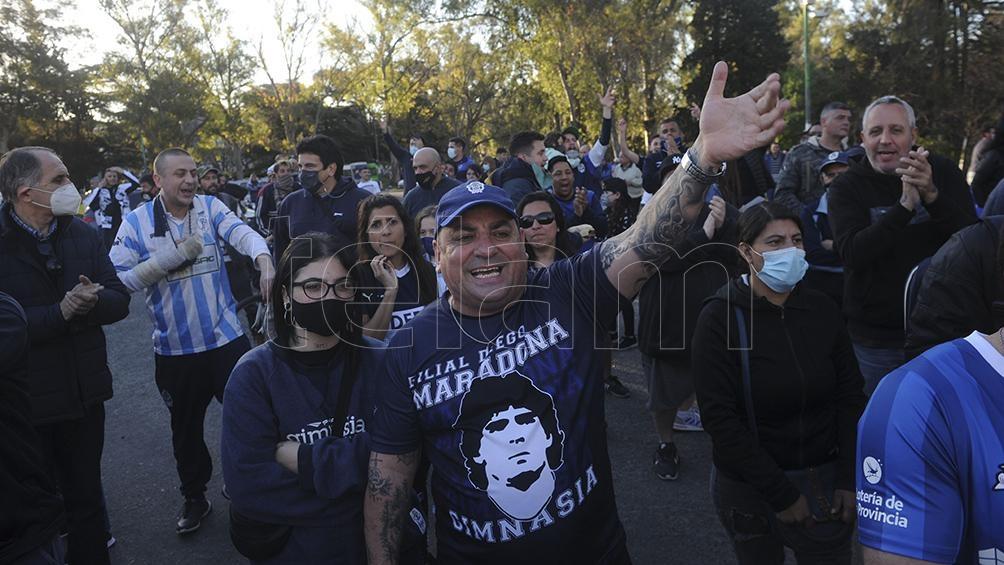 Los hinchas de Gimnasia homenajearon a Diego Maradona (foto Eva Cabrera).