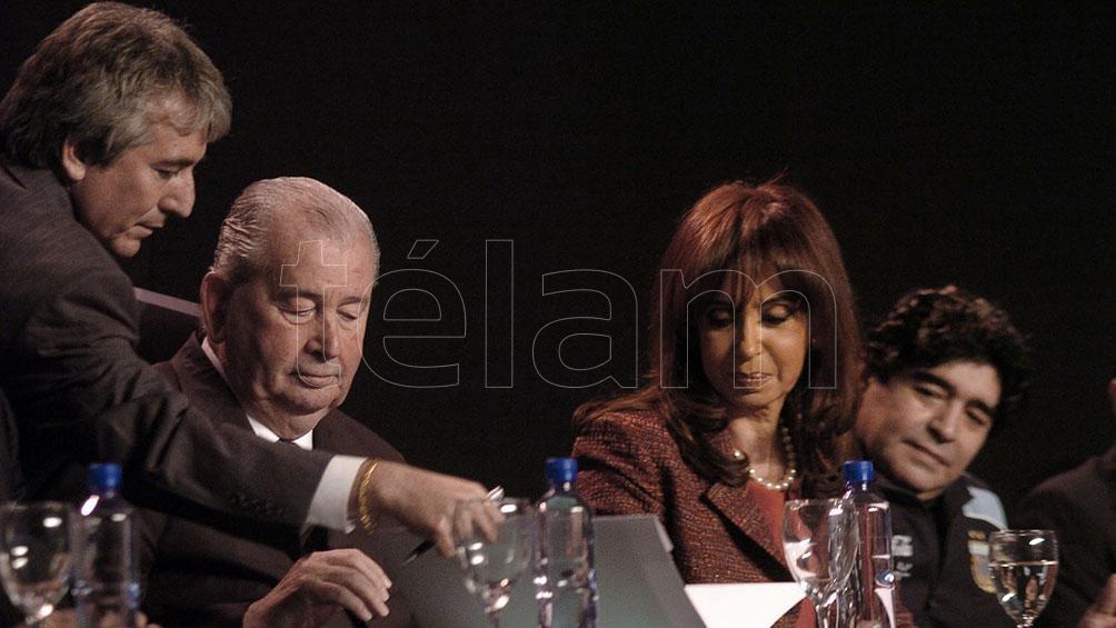 Grondona y la ex presidenta Cristina Fernández de Kirchner en el lanzamiento del Fútbol Para Todos, del que participó Diego Maradona en Agosto de 2009. Foto: Raúl Ferrari/archivo