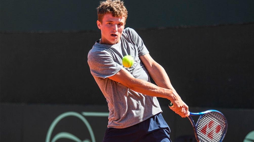 El juvenil Daniil Ostapenkov dio la sorpresa y se llevó el primer punto para Bielorrusia en el Lawn Tennis.