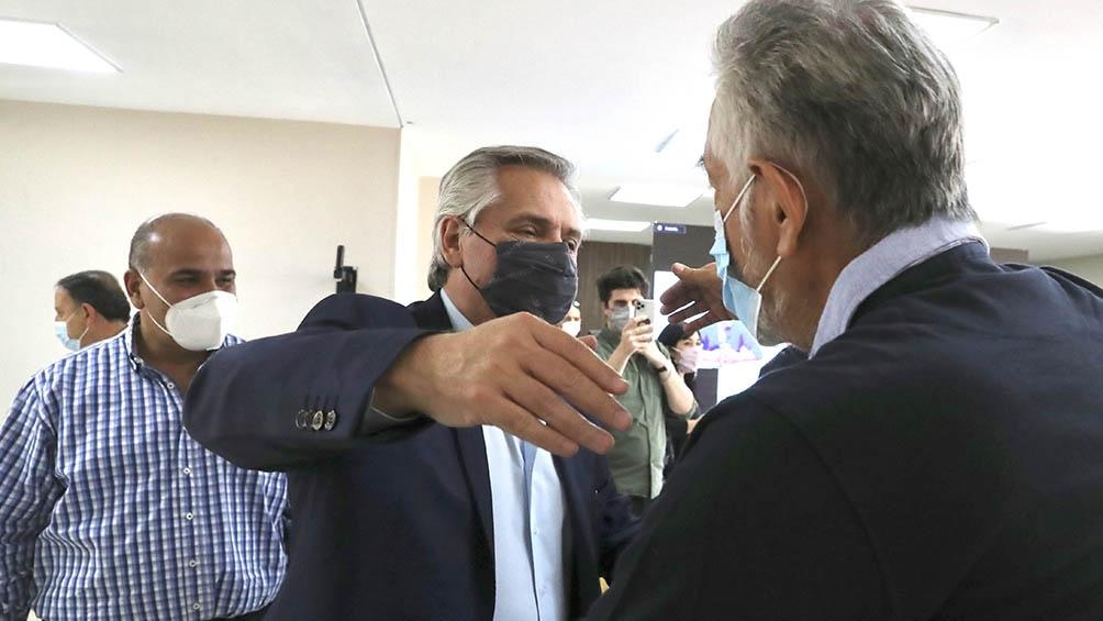 El Presidente fue recibido por el gobernador Ricardo Quintela y el designado jefe de Gabinete Juan Manzur.