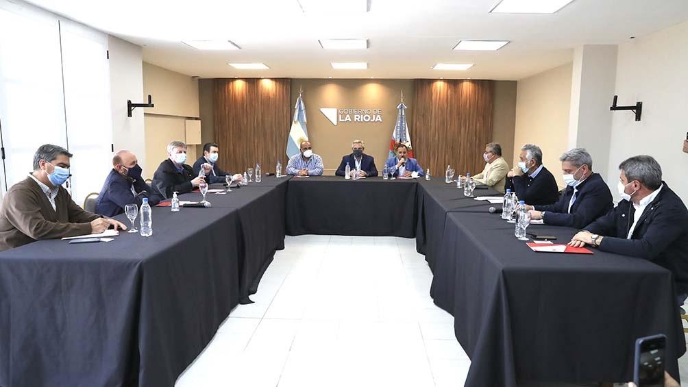 La reunión se realiza en una de las residencias de la gobernación de La Rioja, ubicada a unos 20 minutos de la capital provincial.