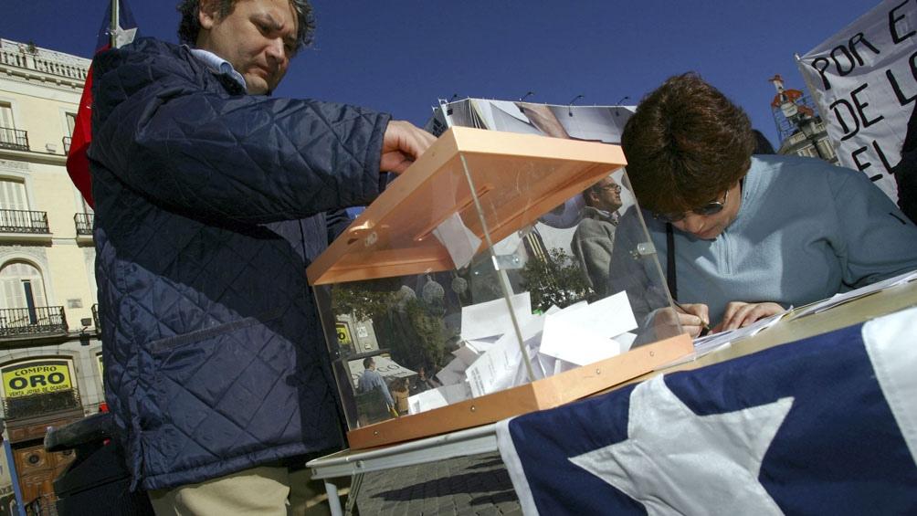 Durante el primer Gobierno de Michelle Bachelet se implementó un sistema de inscripción automática pero con voto voluntario, que fracasó. Foto AFP.