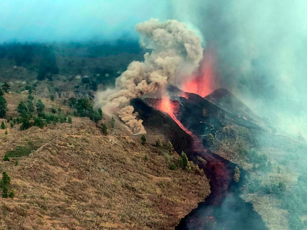 Se ha iniciado la erupción en la zona de Cabeza de Vaca, en El Paso.Foto: Twitter Guardia Civil.