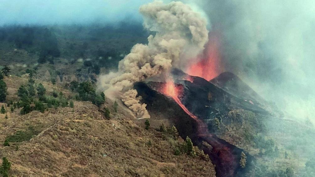 La actividad volcánica continúa con una nueva boca ígnea que puede llegar al mar. Foto Twitter @guardiacivil