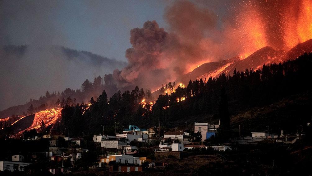 Los ríos de lava de más de 1.000°C arrasaron árboles, invadieron carreteras y lograron penetrar en algunas casas. Foto AFP