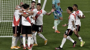 Gracias a un gol en contra, River venció a Arsenal y quedó como escolta del líder Talleres