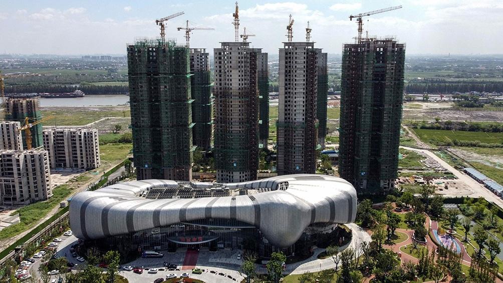Crisis de gigante inmobiliario chino empuja a los mercados hacia la baja
