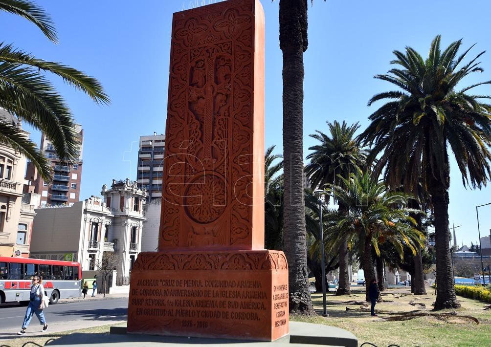 """La Cruz de Piedra """"jachkar"""" (símbolo de la resurrección de Cristo) está en la Plazoleta Armenia. (Foto: Laura Lescano)"""