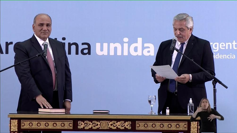 El presidente le toma juramento a Manzur. Foto: Julián Álvarez.