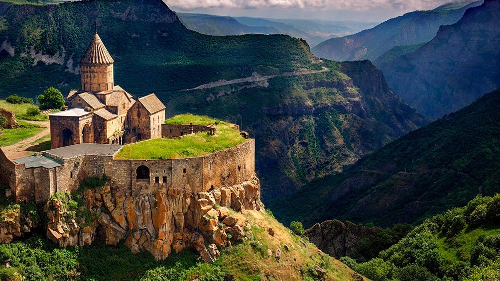 Del siglo 9 es el monasterio de Tatev, en la provincia de Syunik.